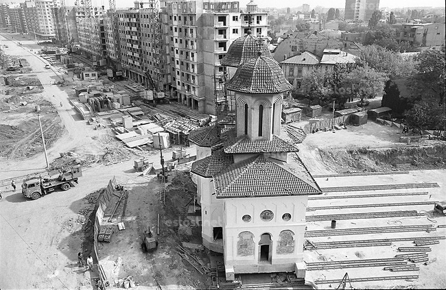 ROMANIA, Mosilor Av., Bucharest, 09.1982. Olari Church is moved and hidden behind a block of flats. © Andrei Pandele / EST&OST